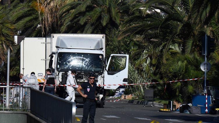 Le camion qui a foncé dans la foule sur la Promenade des Anglais à Nice, le 14 juillet 2016. (ANNE-CHRISTINE POUJOULAT / AFP)
