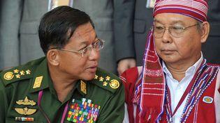 Le général Min Aung Hlaing (à gauche), le 31 août 2016 à Naypyidaw (Birmanie). (AFP)
