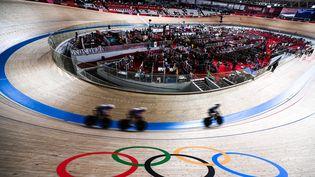 Les pistards français autour de la piste du vélodrome d'Izu, lors de l'épreuve de vitesse par équipes, mardi 3 août 2021. (RAMIL SITDIKOV / SPUTNIK / AFP)