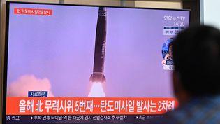 A Séoul, un homme regarde les images du missile tiré par la Corée du Nord, le 15 septembre 2021. (JUNG YEON-JE / AFP)