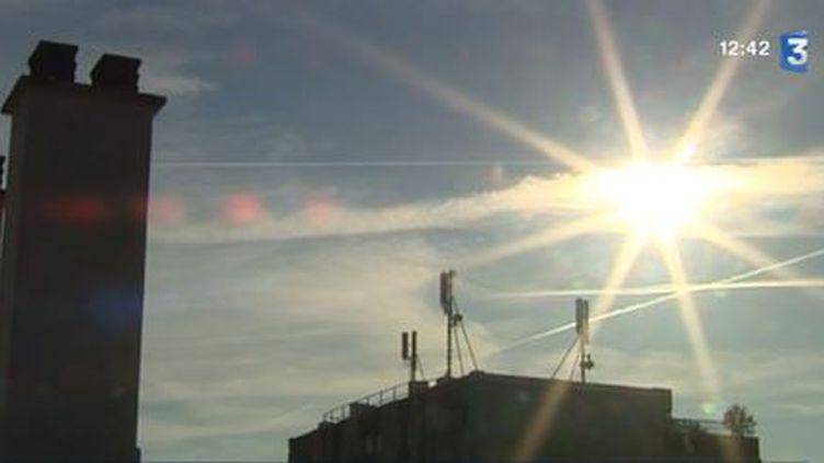 Des antennes fixées sur des toits, à Paris. ( FRANCE 3 / FRANCETV INFO)