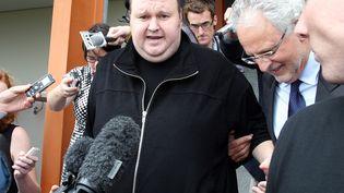 Kim Schmitz, alias Kim Dotcom, fondateur du service de téléchargementMegaupload, à la sortie du tribunal d'Auckland, en Nouvelle-Zélande, le 22 février 2012. (MICHAEL BRADLEY / AFP)