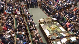 Les députés britanniques entourent Boris Johnson, le 4 septembre 2019, dans la Chambre des communes à Londres. (JESSICA TAYLOR / UK PARLIAMENT / AFP)