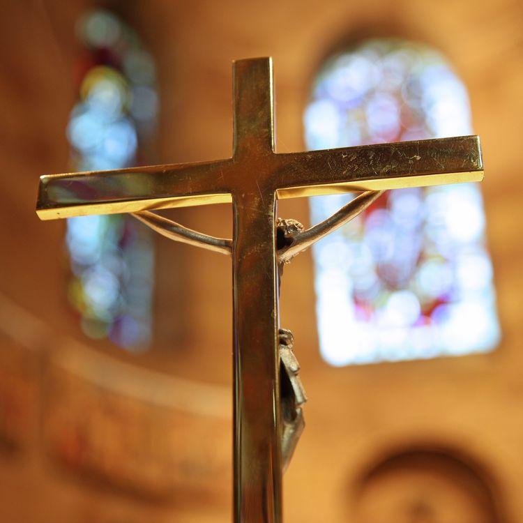 Un crucifix sur l'autel d'une église, à Strasbourg. (JEAN-MARC LOOS / MAXPPP)
