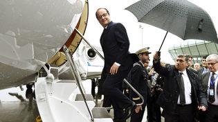 François Hollande monte dans l'avion présidentiel à Bakou, en Azerbaïdjan, le 25 avril 2015. (ALAIN JOCARD / AFP)