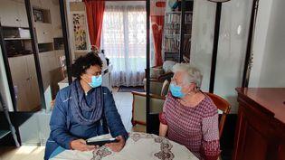 Dans la région de Toulouse, des facteurs font passer un test à des personnes âgées pour détecter les pertes d'autonomie. (STEPHANE IGLESIS / RADIO FRANCE)
