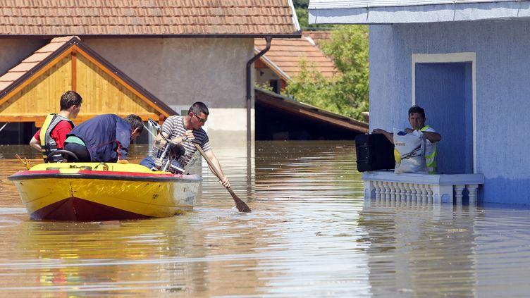 Un homme attend les secours dans la ville de Vojskova, en Bosnie-Herzégovine, le 19 mai 2014. (SRDJAN ZIVULOVIC / REUTERS)