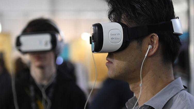 """""""The Enemy"""", expérience de réalité virtuelle avec des combattants de divers conflits dans le monde, visible à l'Institut du monde arabe jusqu'au 4 juin.  (Damien Meyer / AFP)"""