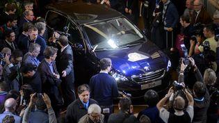 La Peugeot 308 a été sacrée voiture de l'année 2014, le 3 mars 2014, à Genève (Suisse). (FABRICE COFFRINI / AFP)