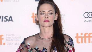 Première apparition publique pour Kristen Stewart après le scandale adultérin. L'actrice a tenté de faire bonne figure mais on sentait bien que le cœur n'y était pas. (ANTHONY BEHAR / SIPA)