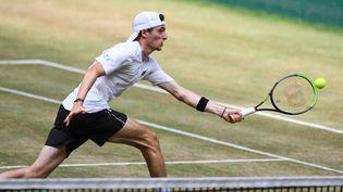 Ugo Humbert vient de remporter le tournoi sur gazon de Halle (Allemagne). (CARMEN JASPERSEN / AFP)