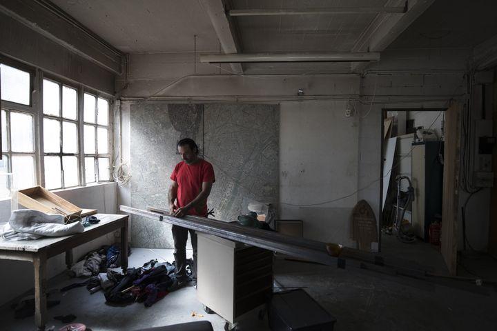 Un résident de la Cité de la Jarry travaille dans son atelier, le 15 juillet 2017.  (Joel Saget / AFP)
