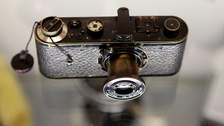 Le Leica 0-série, numéro 116, s'est arraché à plus de deux millions d'euros, lors d'une vente aux enchères organisée le 12 mai 2012 à Vienne (Autriche). (LEONHARD FOEGER / REUTERS)