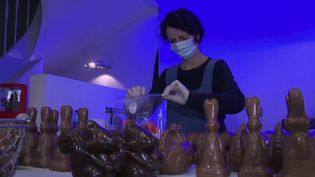 La chasse aux œufs en chocolat de Pâques aura cette année lieu à la maison, confinement oblige. Les chocolatiers se sont adaptés, en proposant de livrer leur marchandise directement à domicile. (FRANCE 3)