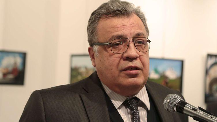 L'ambassadeur russe en Turquie Andreï Karlov quelques minutes avant d'être visé par des tirs, dans une galerie d'art d'Ankara, la capitale turque, le 19 décembre 2016. (BURHAN OZBILICI / AP / SIPA)