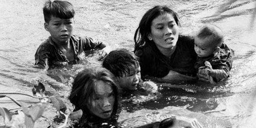 Des villageois sud-vietnamiens tentant d'échapper à un bombardement en 1965. Cette photo du photo-reporter de l'agence UPI Kyoichi Sawada luia valu un prix Pulitzer. Durant ce conflit, les journalistes ont su porter «le fer dans la plaie», comme souhaitait le faire leur prédécesseur Albert Londres...  (UPI - Kyoichi Sawada)