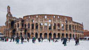 Le Colisée à Rome (Italie) se retrouve sous la neige, le 26 février 2018. La vague de froid a provoqué une (rare) tempête de neige sur la capitale italienne. (COSIMO MARTEMUCCI / CROWDSPARK / AFP)