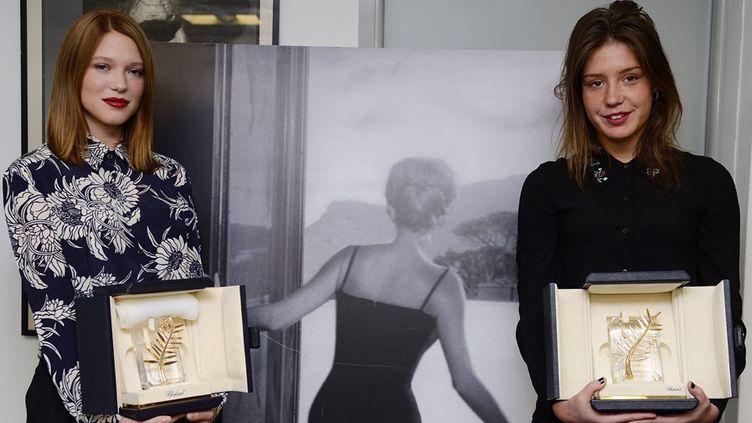 Léa Seydoux(à gauche)et Adèle Exarchopoulos (à droite) reçoivent leur Palme d'or (4 février 2014)  (Eric Feferberg / AFP)