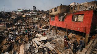 Des habitants de Valparaiso (Chili)dans les décombres de leur quartier, le 14 avril 2014. (MARIO TELLEZ / CITIZENSIDE / AFP)