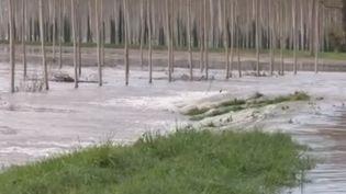 À Couthures-sur-Garonne (Lot-et-Garonne), 200 foyers sont isolés à la suite des inondations. Une habitante s'est réfugiée à l'étage. Elle n'a plus d'électricité ni de chauffage. (FRANCE 2)
