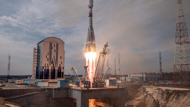 La fusée porteuse Soyouz et les satellites de la société britannique OneWeb,au cosmodrome de Vostochny, en Russie, le 25 mars 2021. (ROSCOSMOS PRESS SERVICE / HANDOUT / MAXPPP)