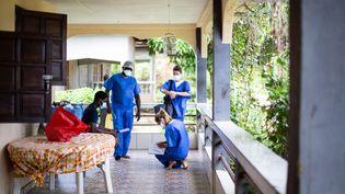 Lors de la crise sanitaire, les équipes mobiles du dispensaire de Maripasoula en Guyane se déplacent auprès des patients positifs au coronavirus pour les prévenir et suivre ensuite l'évolution de la maladie. (THIBAUD VAERMAN / HANS LUCAS)
