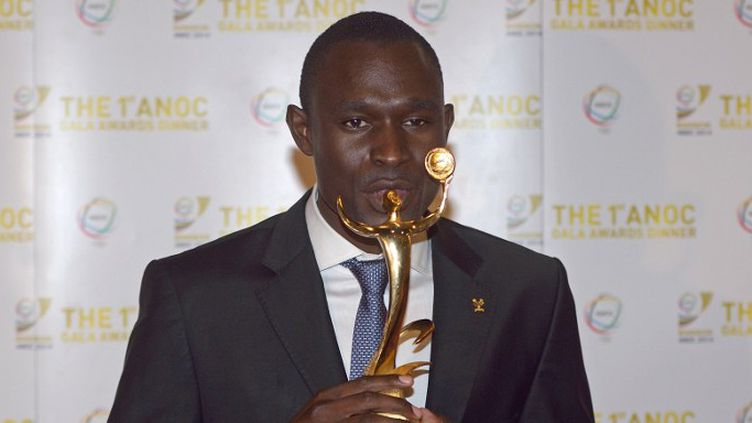 David Rudisha pose avec son trophée (PORNCHAI KITTIWONGSAKUL / AFP)
