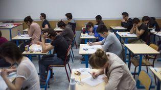 Des élèves français lors de l'épreuve de philosophie du bac, le 17 juin 2013, au lycée Arago de Paris. (FRED DUFOUR / AFP)