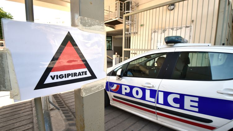 Une voiture de police arrive au commissariat de Montpellier (Hérault), le 6 mai 2015. (PASCAL GUYOT / AFP)