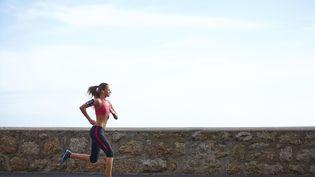 Courir à deux, changer son itinéraire, s'équiper, trois conseils pour faire son jogging l'esprit tranquille. (AZARUBAIKA / GETTY IMAGES)