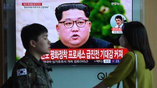 Le dirigeant nord-coréen Kim Jong-un apparaît sur un écran de télévision, le 21 avril 2018, dans une gare de Séoul (Corée du Sud). (JUNG YEON-JE / AFP)