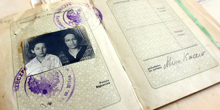 Le passeport de Mina Kacew, délivré en 1925, avec son fils Roman Kacew, 11 ans (Romain Gary)  (PETRAS MALUKAS / AFP)
