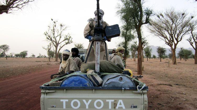 Des hommes d'Ansar Dine sur la route entre Kidal et Gao, deux villes contrôlées par les islamistes, le 12 juillet 2012. (ADAMA DIARRA / REUTERS)