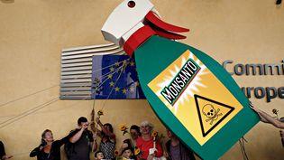 Des militants manifestent contre Monsanto devant le siège de la Commission européenne, le 19 juillet 2017 à Bruxelles. (ALEXANDROS MICHAILIDIS / AFP)