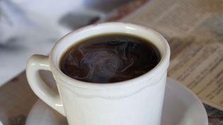 Les résultats de cette étude parue le 17 mai 2012 montrent que les personnes consommant en moyenne trois tasses de café par jour, normal ou décaféiné, présentent moins de risques de décès. (PURESTOCK / SIPA)