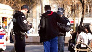 (Contrôle d'identité par deux policiers, ici à Lyon © MaxPPP)