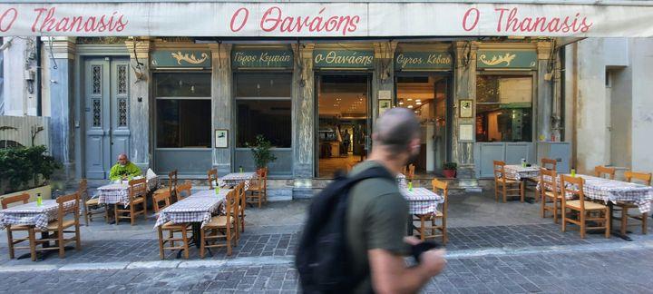 Dans le centre d'Athènes, en Grèce, ici le 15 mais 2021, les terrasses sont loin de faire le plein pour le moment. (BENJAMIN  ILLY / FRANCE-INFO)