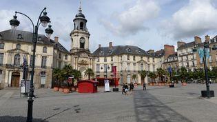 La place de l'hôtel de Ville à Rennes (Ille-et-Vilaine), en août 2015. (THOMAS BREGARDIS / AFP)