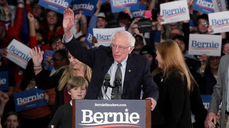 Le sénateur Bernie Sanders prononce un discours le soir de la primaire démocrate dans l'Iowa, alors que les résulats ne sont toujours pas publiés, le 3 février 2020.  (ALEX WONG / GETTY IMAGES NORTH AMERICA / AFP)