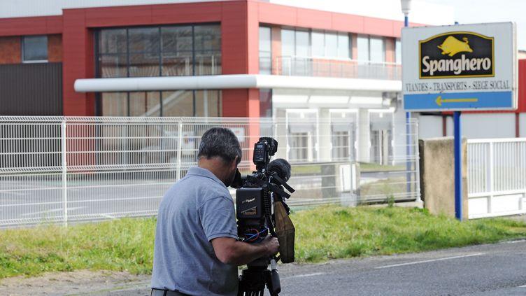 Un journaliste britannique filme le logo de Spanghero, le 10 février 2013 à Castelnaudary (Aude). (REMY GABALDA / AFP)