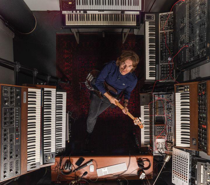 Nicolas Godin de Air dans le minuscule studio des Studios Ferber dans lequel il a enregistré son album solo Concrete & Glass en 2019. (DAVID ZAGDOUN)