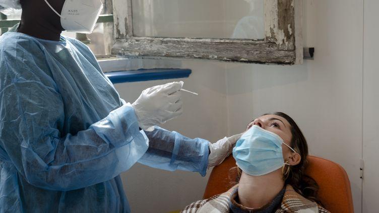 Une femme se fait tester au Covid-19 à l'hôpital de l'Hôtel-Dieu à Paris, le 22 octobre 2020. (JEANNE FOURNEAU / HANS LUCAS / AFP)