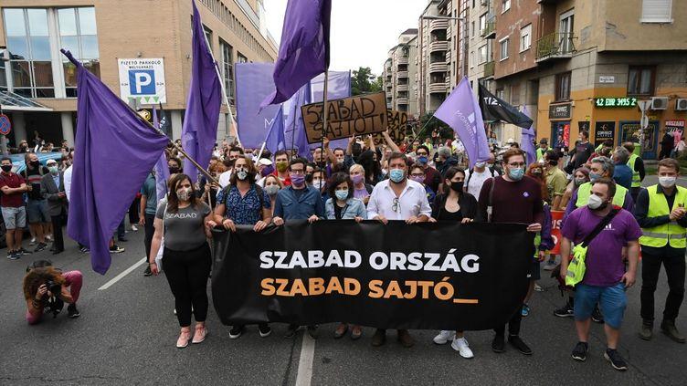 """Manifestation de soutien pour la rédaction d'Index, avec une banderole """"Pays libre, presse libre"""", à Budapest (Hongrie), le 24 juillet 2020. (ATTILA KISBENEDEK / AFP)"""