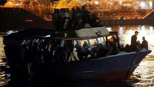 Des migrants venus de Libye arrivent sur l'île italienne de Lampedusa, le 10 avril 2021. (FILIPPO MONTEFORTE / AFP)