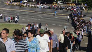 Les Cubains font la queue pour rendre hommage à Fidel Castro, sur la place de la Révolution, à La Havane (Cuba), le 28 novembre 2016. (ENRIQUE DE LA OSA / REUTERS)