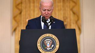 Joe Biden prononce un discours le 26 août 2021 en réaction à l'attaque kamikaze revendiquée par EL qui a fait plusieurs victimes à Kaboul (Afghanistan), notamment parmi les soldats américains basés à l'aéroport. (JIM WATSON / AFP)