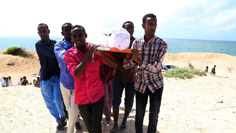 Les funérailles du journaliste somalien Abdiaziz Ali Haji qui a été abattu par des hommes armés non identifiés à Mogadiscio, en Somalie, le 28 septembre 2016. (NOUR GELLE GEDI / ANADOLU AGENCY)