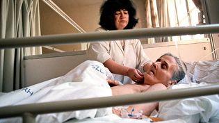 Une femme reçoit des soins au St Janos Hospital de Budapest. (GABOR KERTESZ / AFP)