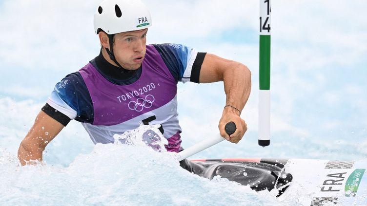 Martin Thomas lors des demi-finales du C1 slalom, le 26 juillet 2021, aux Jeux olympiques de Tokyo. (CHARLY TRIBALLEAU / AFP)