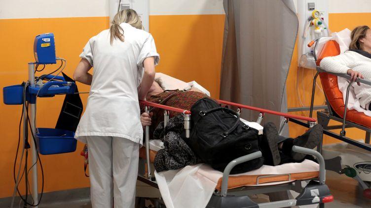 Accueil de patients par le personnel soignant des urgences de l'hôpital de la Timone,à Marseille, en janvier 2017. (MAXPPP)